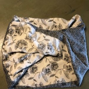 Old Navy Accessories - Super cute reversible mix pattern scarf